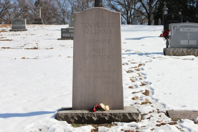 The_grave_of_poet_and_playwright_Tennessee_Williams_in_Calvary_Cemetery,_St._Louis,_Missouri